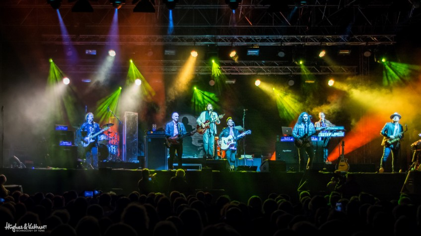 Dan Tracey (far left) helping the Alan Parsons Live Project do the business. Like we said: not bad work, if you can get it!