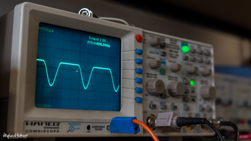 The screen on this oscilloscope reveals one of the cathode follower's tonal secrets! The upper half of the wave represents distortion, while the lower part stays half clean. This mixture of clean and distorted sounds represents the typical flavor – pure attack and dynamic response mixed with a delicious creaminess – of a cathode follower-endowed amp.