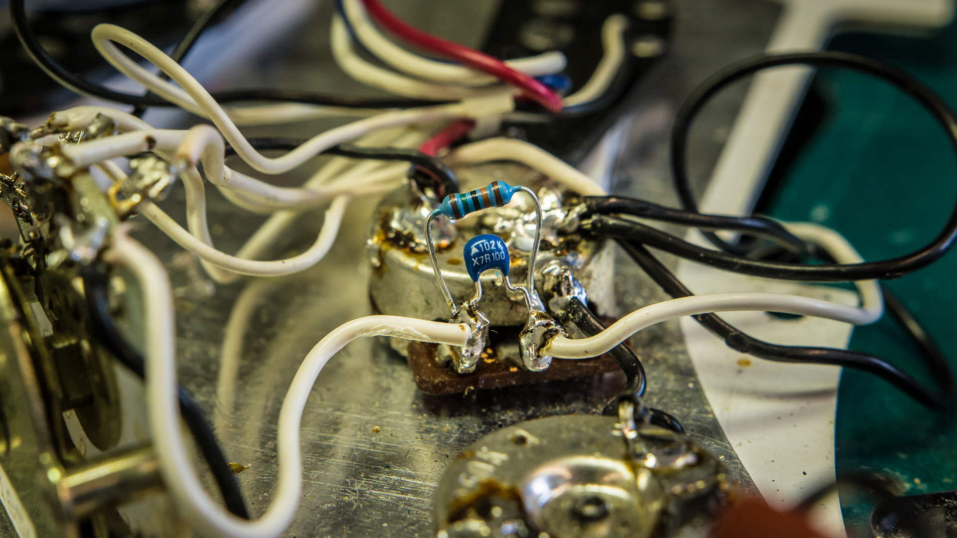 How A Simple Treble Bleed Mod To Your Guitars Volume Pot Can Strat Stratocaster 5way Switch Guitar 250k Pots Knobs Wiring Harness Heres What Our Capacitor Looked Like When Soldered Input And Output Terminals